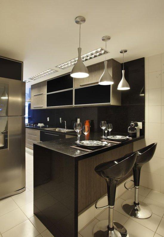 Comptoir de bar dans une petite cuisine high-tech