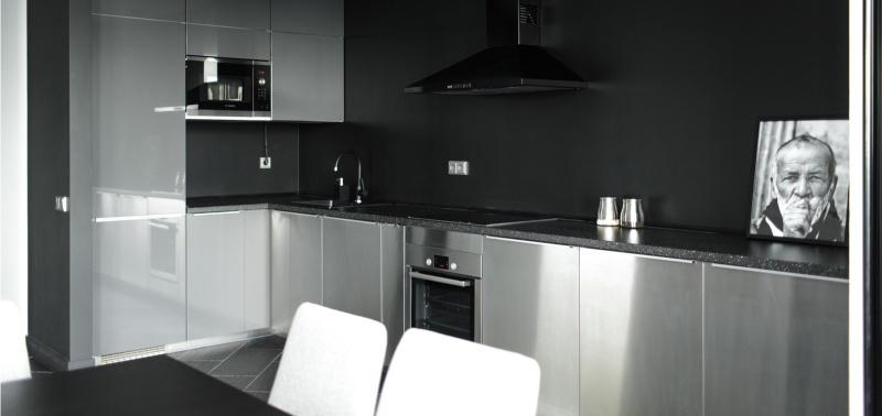 La décoration à l'intérieur de la cuisine dans le style de la haute technologie.
