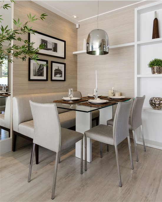 Table à manger dans une petite cuisine-salon high-tech