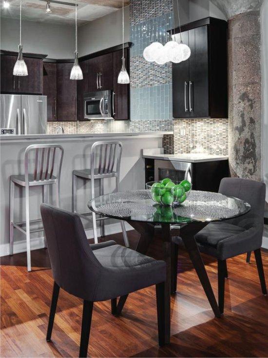 Table à manger dans une petite cuisine high-tech