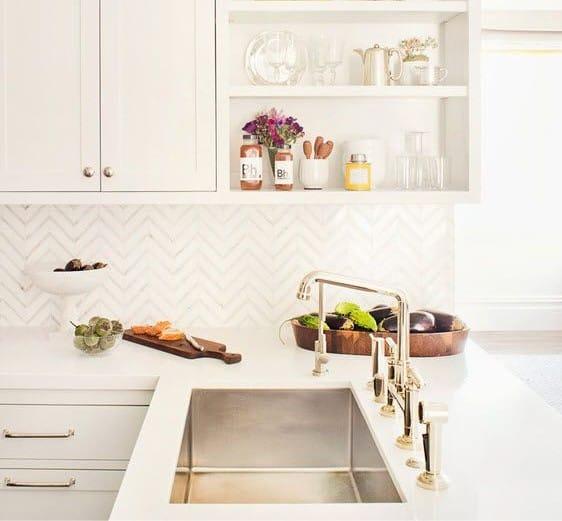 הנחת זיגזג בעיצוב הסינר במטבח
