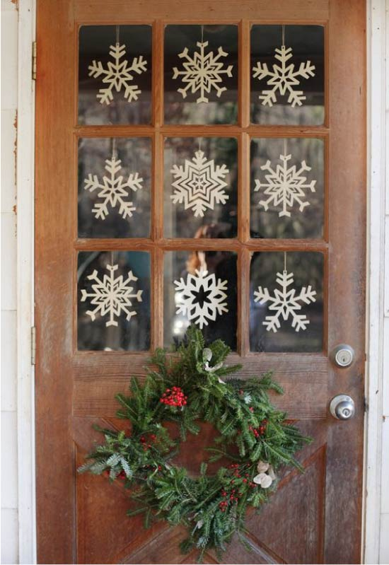 Hópelyhek-vytynanki az ajtó ablakán