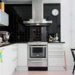 סינר שחור במטבח לבן