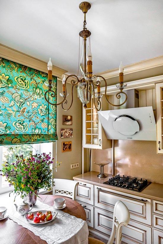 Kallistettu huppu keittiön sisätiloissa