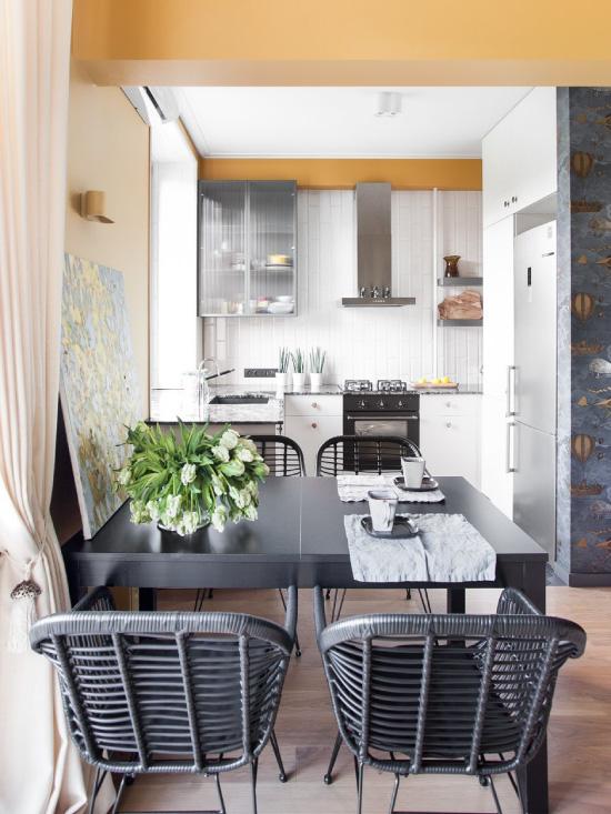 Kruşçev'deki mutfak-oturma odasında yemek masası