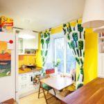 Narancssárga kötény a konyhában