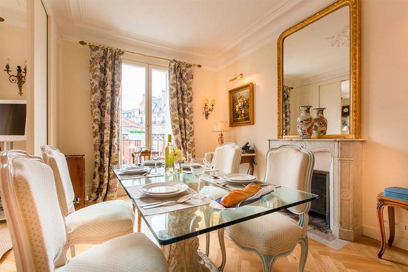 Table en verre à l'intérieur d'une salle à manger classique