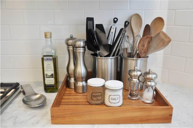 אחסנה של כלי מטבח במגש