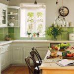 סינר ירוק של אריחי קרמיקה במטבח בסגנון פרובנס