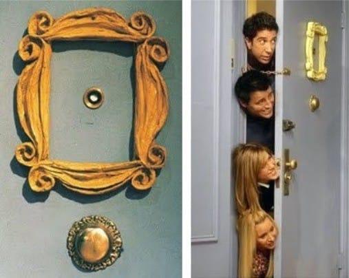 מסגרת צהובה על הדלת הקדמית בסדרת הטלוויזיה