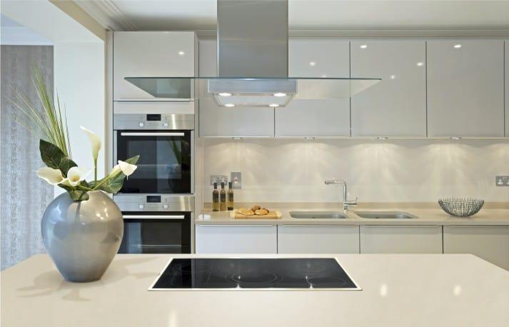 Cocina blanca en estilo moderno.