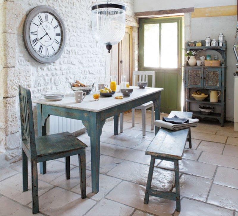 Intérieur de cuisine provençale avec horloge murale
