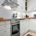 Interiør aflange køkken med L-formet sæt
