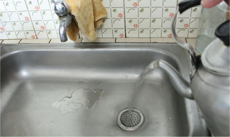מים רותחים מהסתערות בכיור המטבח