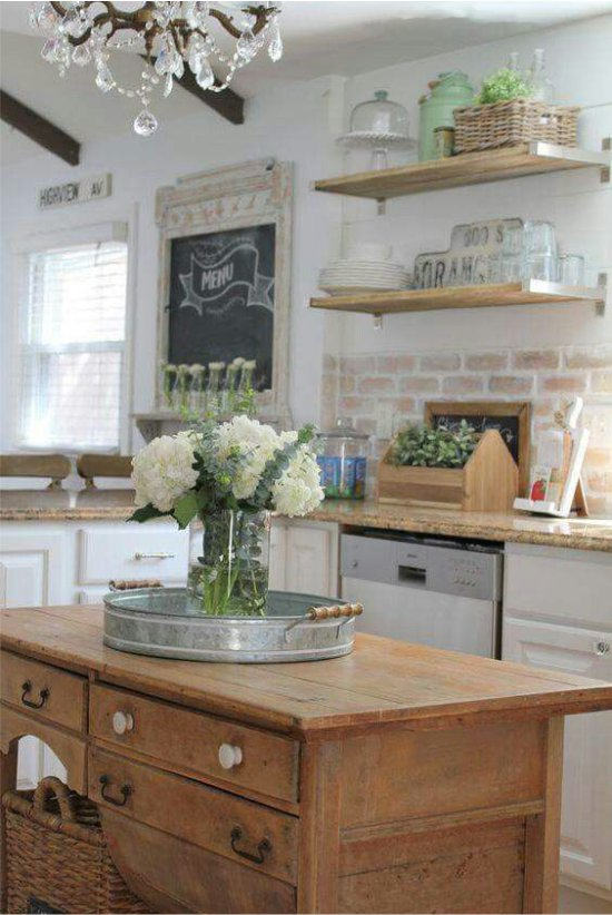 Tablier de brique à l'intérieur de la cuisine dans le style de la Provence