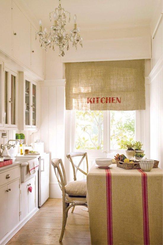 Rideaux en lin et textiles dans la cuisine dans le style provençal