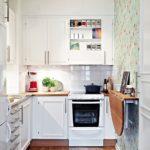 Lille hjørne køkken med foldebord