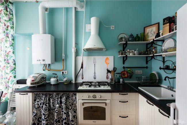 Fehér vízmelegítő és fehér motorháztető a kék konyha belső stílusában