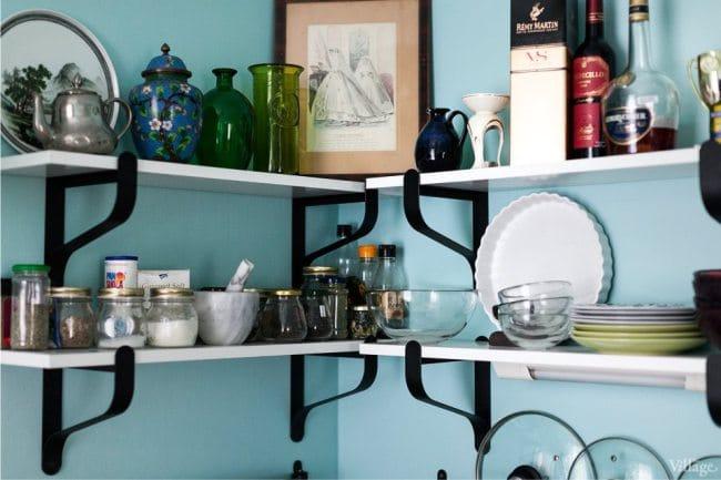 Kis konyha kialakítása gázoszlopkal - nyitott polcok