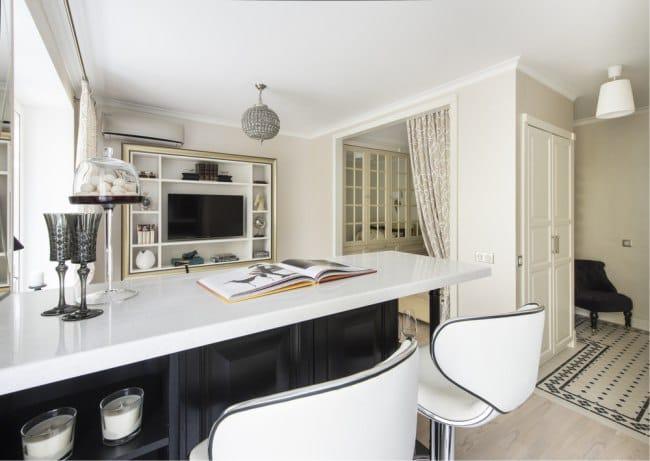 Egy egyszobás apartman kialakítása kis konyhával és nappalival - kilátással a konyhára