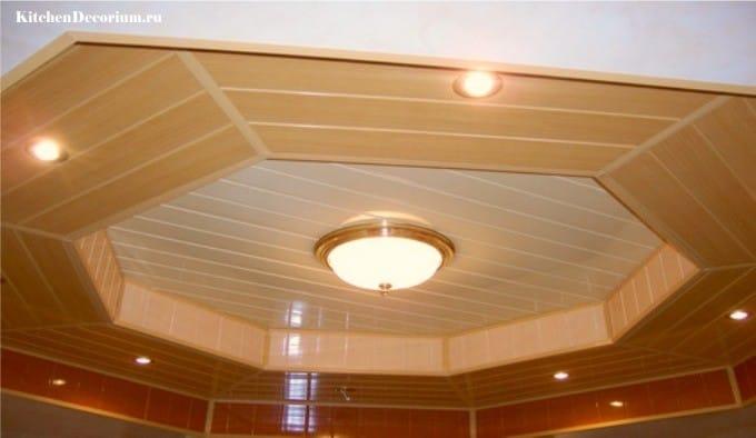 Plafond à deux niveaux en panneaux de plastique