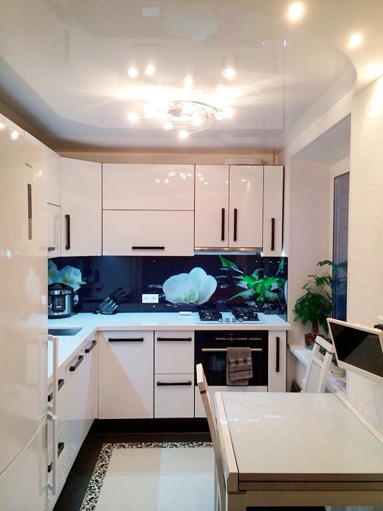 Plafond tendu brillant dans la cuisine à Khrouchtchev