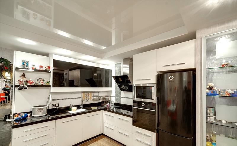 Plafond brillant dans la cuisine