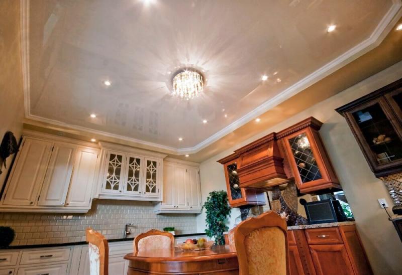 Plafond brillant à l'intérieur d'une cuisine classique