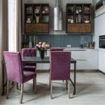 Dapur bergaya loteng dengan kerusi berlengan kerusi ungu