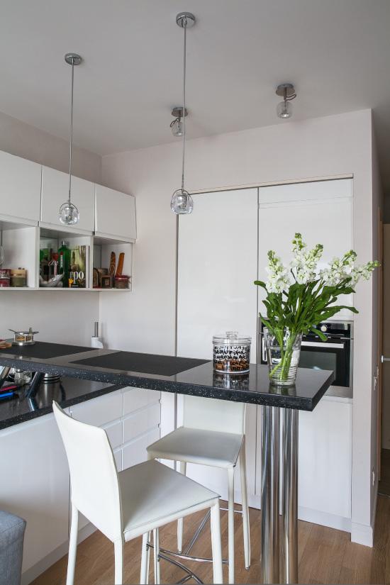 Petite cuisine avec des plafonds tendus mats