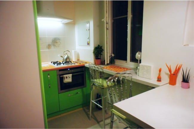 Kis konyha ablakpárkány-bárral - a konyha általános nézete