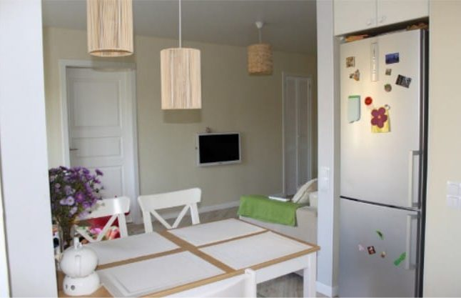 Kicsi konyha Hruscsovban, egy résszel a hűtőszekrénnyel - kilátással a nappalira
