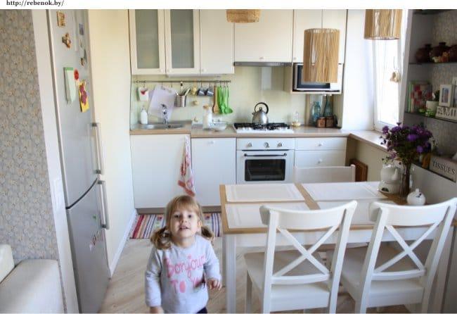 Kis konyha Hruscsovban, a hűtőszekrénnyel ellátott résszel