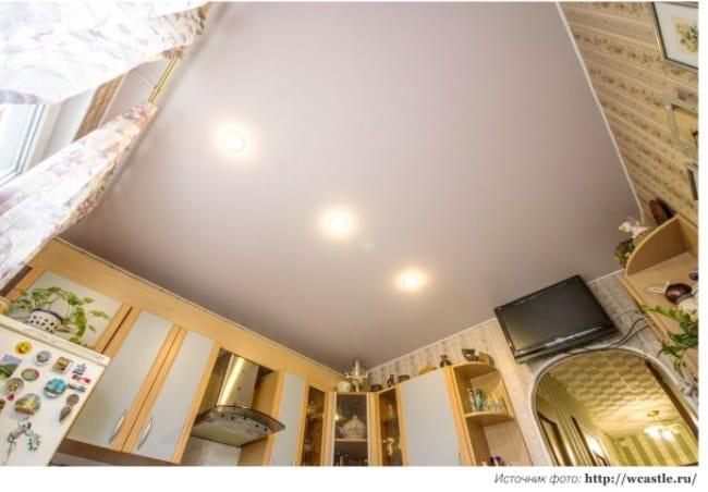 Stretch szatén mennyezet egy kis konyhában