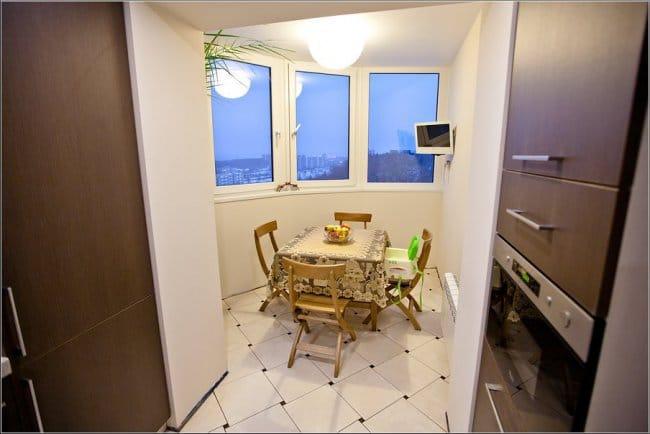Kombinálva egy erkélyt egy konyhával - étkezővel a loggiában