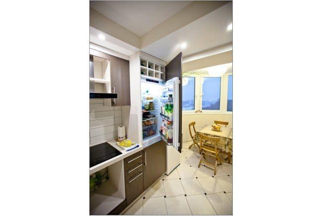 Az erkély egy konyhával kombinálva - kényelmesen elhelyezhető hűtőszekrény