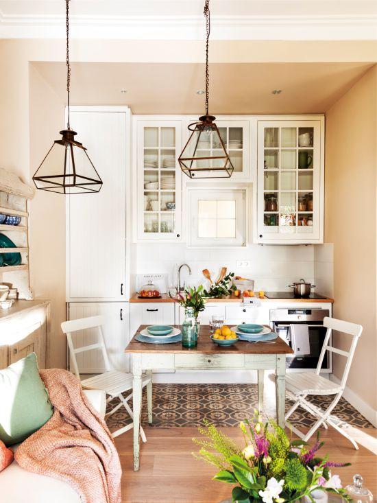 אריחים צבעוניים על רצפת המטבח