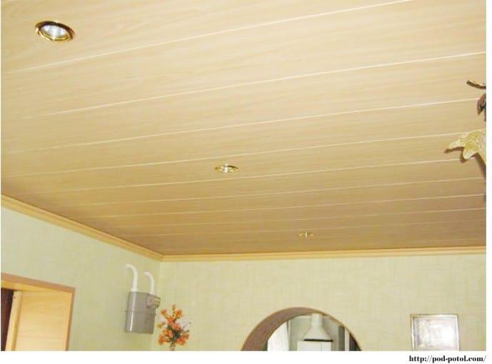 Panneaux de plafond en plastique dans la cuisine - imitation bois
