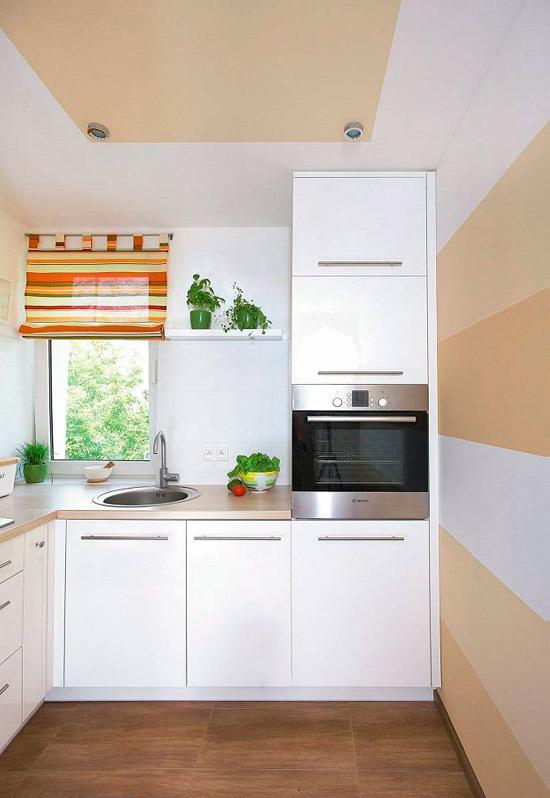 תקרה מצוירת במטבח קטן