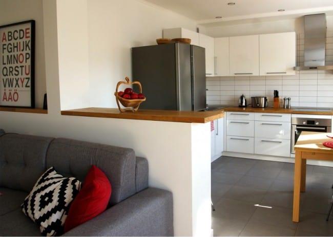 Kis konyha felújítása partícióval - kilátással a konyhára a nappaliból