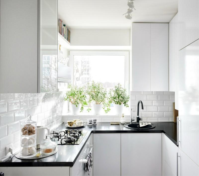 מטבח לבן בצורת U עם אדן חלון