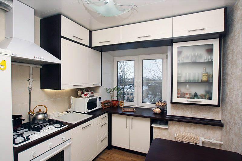 מטבח עם חלון למעלה