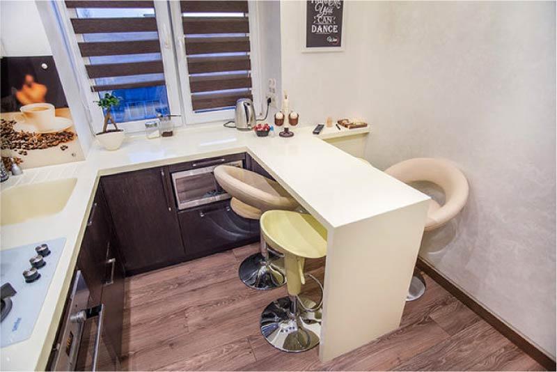 מטבח בצורת U עם שולחן אדן
