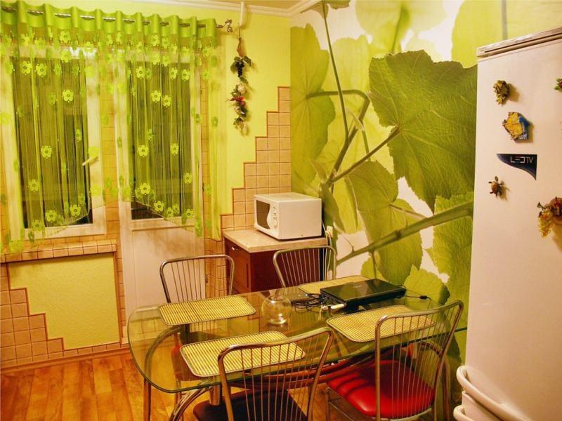 Függöny boltívek a konyha belsejében, zöld falakkal