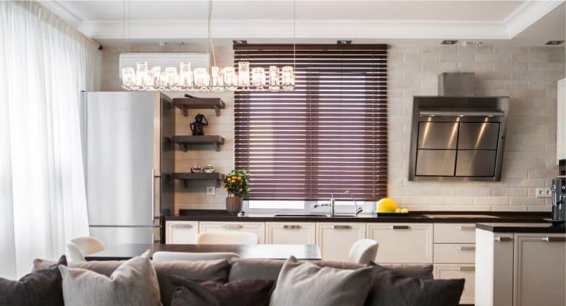 צעיף עם וילונות במטבח ההיי טק, מינימליזם, מודרני
