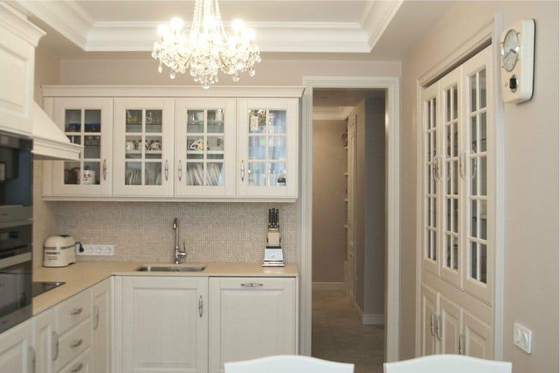 Cuisine blanche aux murs beiges de style classique.