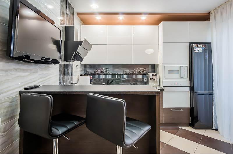 Dapur putih dengan peralatan hitam