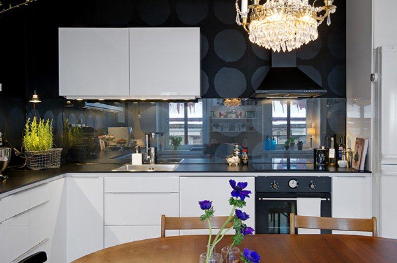 Dapur putih dengan kertas dinding hitam