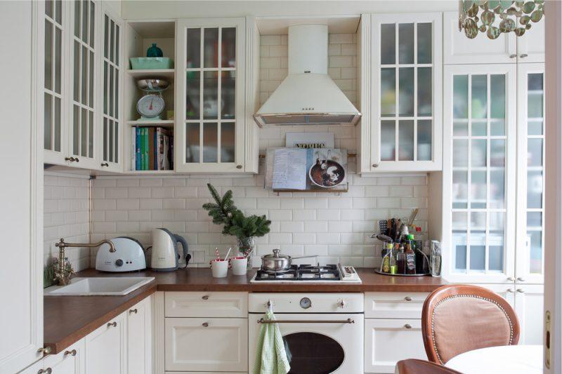 Dapur putih dengan meja kayu
