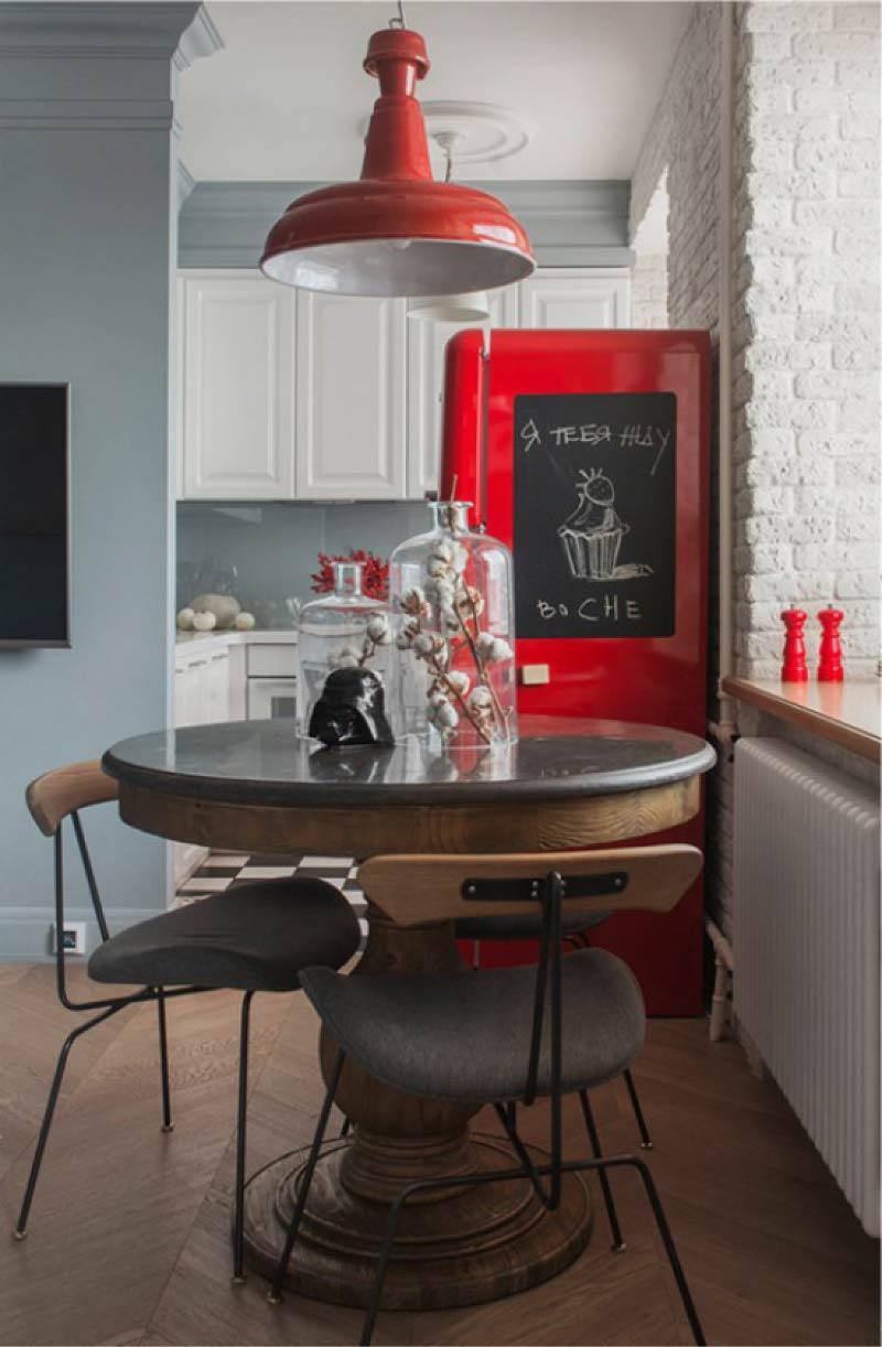 Dapur putih dengan dinding kelabu dan peti sejuk merah